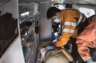 消防人員在救護車上CPR搶救蘇姓公車司機。(記者黃文瑜翻攝)