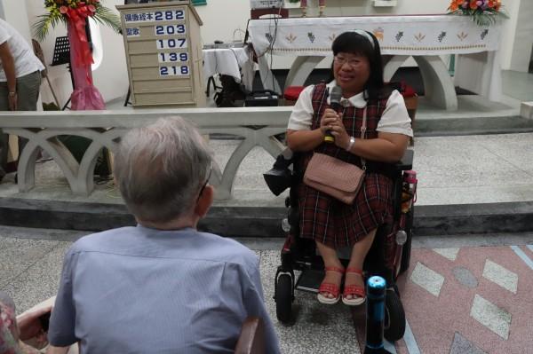 受過羅文思幫助的小兒麻痺患者,向羅文思表達感謝。(記者林敬倫攝)