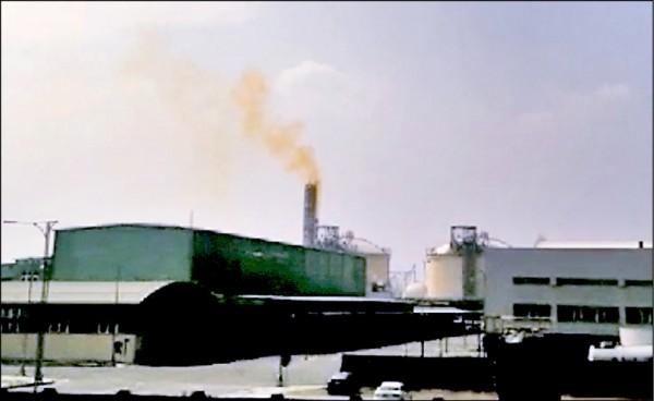 台肥台中廠在國慶連假十月九日偷排黃色的硝酸濃煙,被環保局依空污法重罰一百萬。(環保局提供)