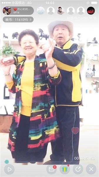 76歲的妻子曹雪梅認為,直播可以展現老年人的生活態度,罹患失智症的老伴也因此變得比較清醒。(圖取自《新京報網》)
