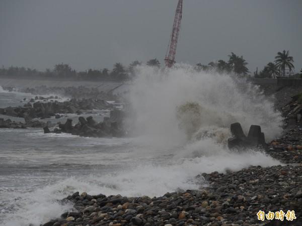 水利署針對台東縣卑南鄉、太麻里鄉、金峰鄉發布一級淹水警戒。圖為大浪在台東海邊堤防激起浪花。(記者王秀亭攝)