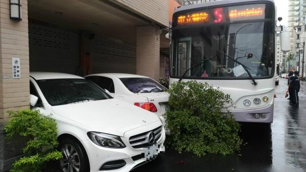 府城客運蘇姓司機駕駛的公車緩慢撞上路邊盆栽,以及停在民宅前的轎車。(記者黃文瑜翻攝)
