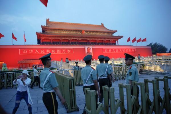 中共十九大將於今年10月18日在北京召開,準備作業嚴格,連天安門廣場的地板清潔都要求「乾淨到能席地而坐」、「用白襯衫擦廣場地上後還是白的」。(路透社)