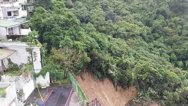 氣象局指出,今天起台灣北部與東北部等地的雨勢將略為趨緩,但局部地區仍有豪雨,預估明晚至週一天氣才會好轉,圖為新北市汐止民宅旁土石崩塌情形。(民眾提供)