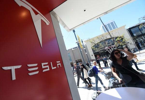 電動車大廠特斯拉在Model 3生產遭遇瓶頸之際,近期又傳出在進行年度績效審查後,無預警的開除了數百位員工。(法新社)