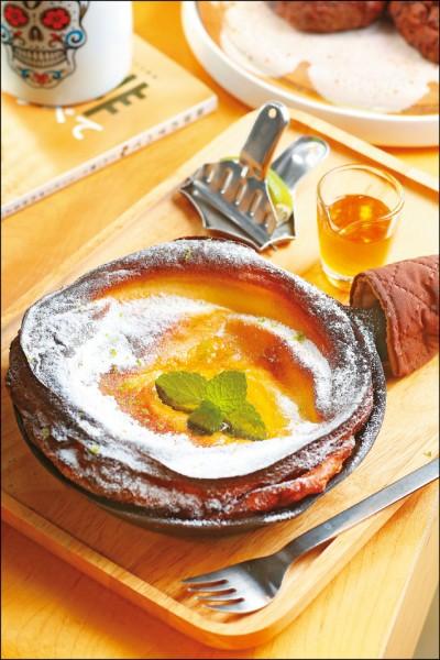 鐵鍋鬆餅(German Pancake)起源德國,因其又名Dutch Baby,加上使用荷蘭鑄鐵鍋做成,所以常被誤稱為荷蘭鬆餅;特色是先將鐵鍋加熱,再倒入以麵粉和雞蛋打製的麵糊,並送進烤箱烘烤,外圈酥脆、內部濕潤紮實。(記者潘自強/攝影)