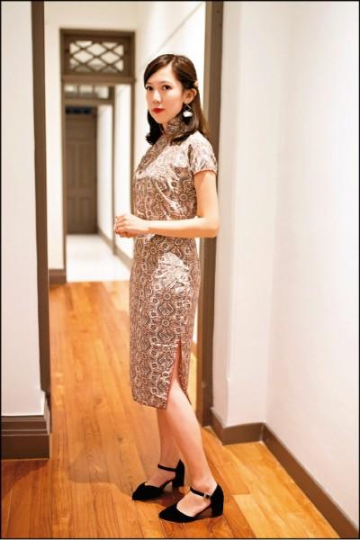 60年代是旗袍文化最璀璨的時期,各種滿版花紋的旗袍款式為當時的時尚。(林奕安/攝影)