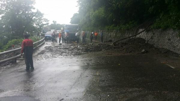 台9線蘇花公路140.6k目前土石流造成雙向道路阻斷,工程單位正前往搶修。(記者張議晨翻攝)