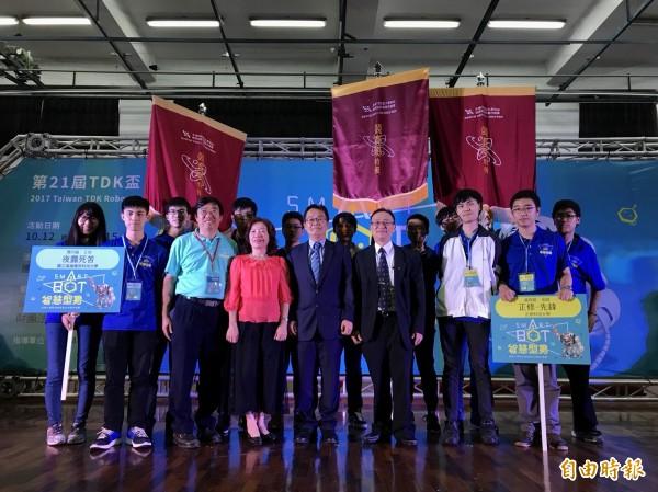 各組第一名接受表揚,可獲10萬元最高獎金,並取得赴日本觀摩機器人競賽及參訪機會。(記者廖淑玲攝)