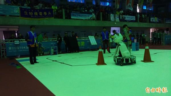 虎科大機器人競賽決賽緊張刺激。(記者廖淑玲攝)