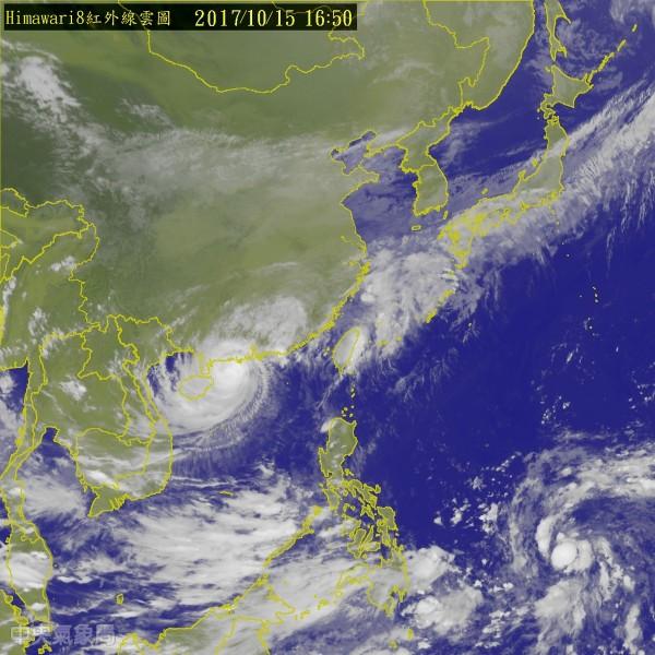 今晨在菲律賓東方海面生成的熱帶性低氣壓(右下)發展迅速,有機會成為今年第21號颱風「蘭恩」。(中央氣象局)