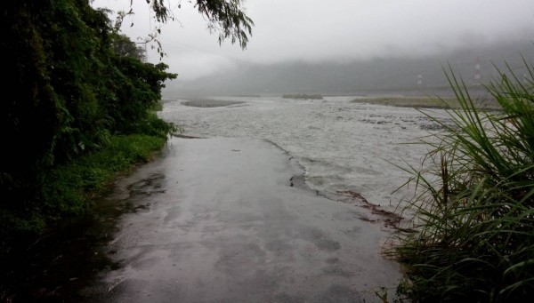 馬太鞍溪南岸的光復堤頂受到洪流沖刷,水利署第九河川局於今日上午8時開始進行搶險作業,以阻止洪水繼續沖刷,搶險工作預計明日完成。(副議長張峻提供)