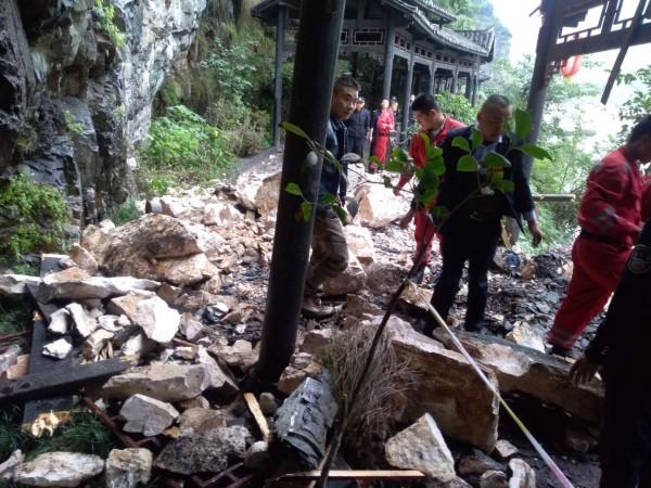 台灣旅行團於中國湖北省宜昌市三峽景區遭遇落石襲擊。(宜昌市政府提供)