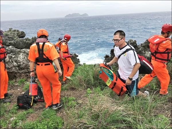 中興大學博士生林嘉智前往蘭嶼記錄海蛇生態落海,海巡人員帶救生器材搜尋 。 (記者陳賢義翻攝)