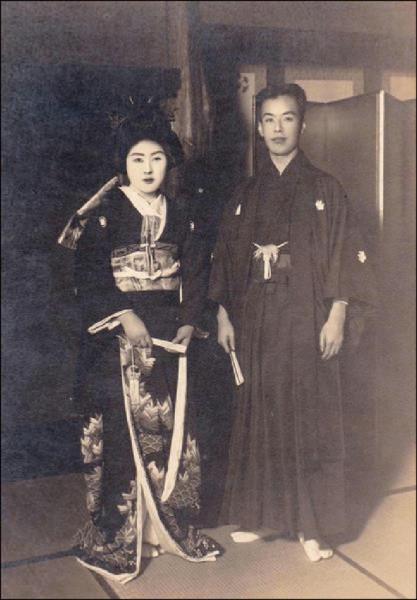 芥川龍之介與愛妻的結婚照。(取自網路)