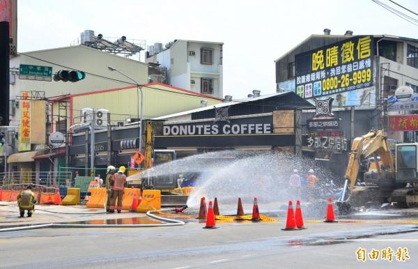 瓦斯管線被挖斷,氣體外洩,消防隊射水警戒中。(記者吳俊鋒攝)
