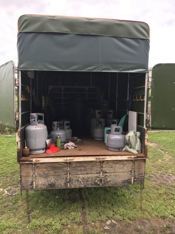 除144罐逾期瓦斯桶,消防人員還查獲2656公斤的液態石油氣。(記者王宣晴翻攝)