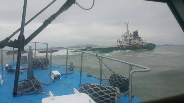 中國「泉海88」砂石船擱淺金門北碇海域情形。(航港局提供)