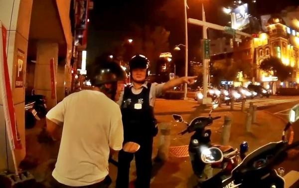 噴漆工李男違規左轉被警方攔下告誡、開單,發現他發抖有異,又查出他攜帶3小包海洛因毒品。(記者黃良傑翻攝)