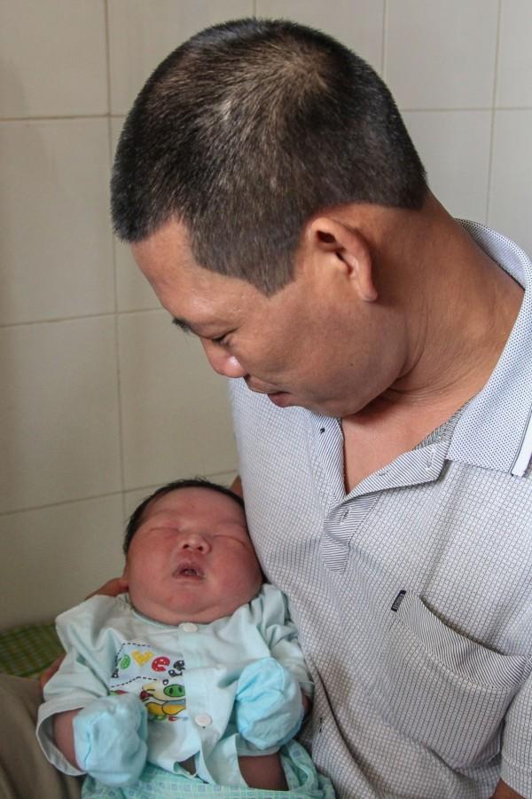 父親Tran Van Quan表示孩子的重量令人難以置信。(法新社)