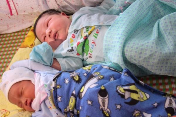 把Tran Tien Quoc與一般新生兒放在一起,體型大了不只一號。(法新社)