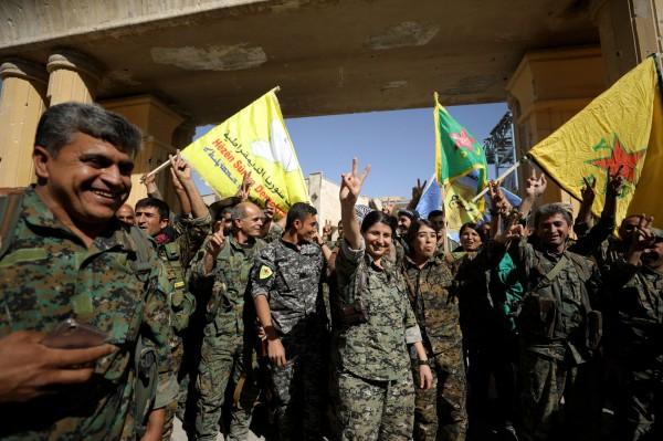被伊斯蘭國當作首都的敘利亞北部城市「拉卡」在當地時間週二成功被美軍所支持的「敘利亞民主力量」軍事聯盟收復。(路透)