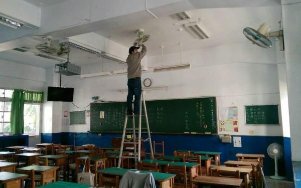 國中校園檢視教室電扇。示意圖。(記者李容萍翻攝)