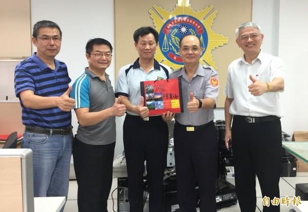 新營副分局長程江來(中)機警反將車手,南市警局副局長林金郎(右二)今頒獎。(記者楊金城攝)