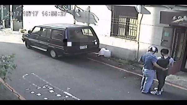 游姓車手(右)落入警方圈套被逮。(記者楊金城翻攝)