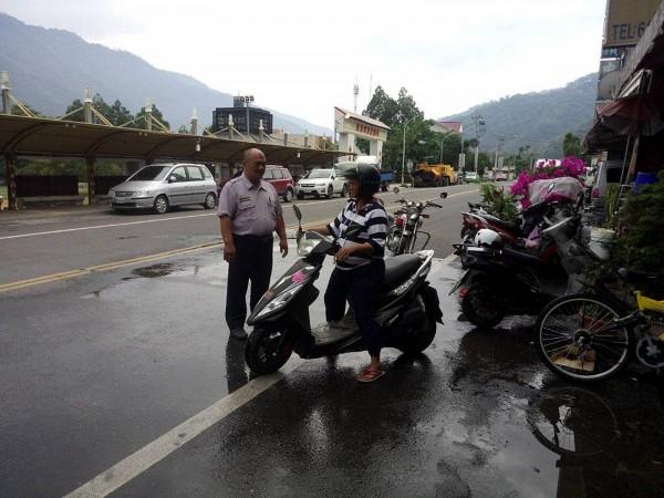 高雄警方勸導山區民眾在市區騎車時務必遵守交通法規, 避免害人又害己。(記者黃佳琳翻攝)