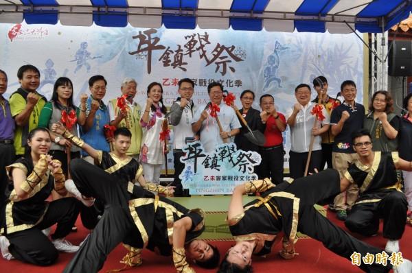 桃園市長鄭文燦(中)宣布「乙未客家戰役文化季:平鎮戰祭」系列活動起跑。(記者周敏鴻攝)