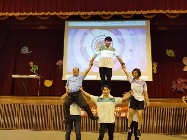 前立法院長王金平(左)展現啦啦隊特技動作。(王金平辦公室提供)