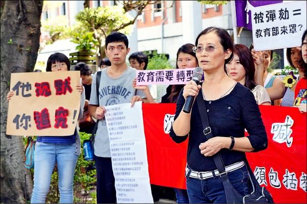 投入人本救援工作十八年來,黃俐雅(右)為了被霸凌或被侵害的孩子走上街頭、走入校園。(人本基金會提供)