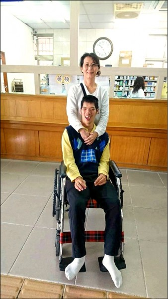 重度智障的兒子是黃俐雅的禮物,更是她在幫助別人的小孩時的最大力量。(圖由黃俐雅提供)