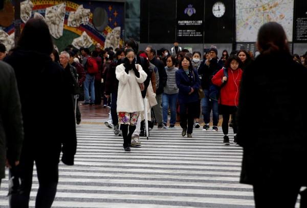 日本東京地區今天出現9.9度低溫,打破31年以來10月最低溫紀錄。圖為東京街頭。(路透)
