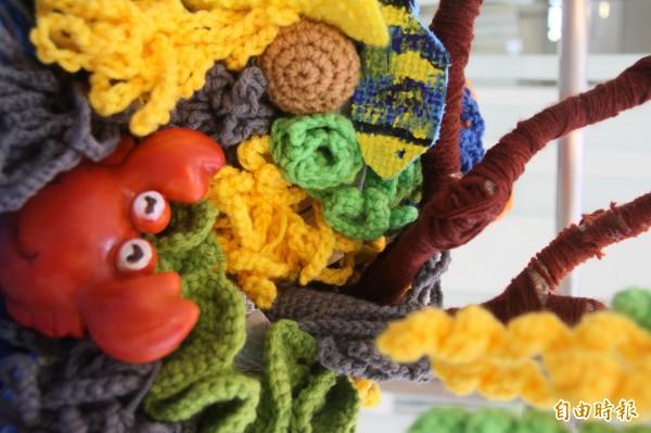 26件以舊毛線一針針織出栩栩如生的珊瑚、小丑魚、海龜,在陸地上勾勒海底世界面貌,傳達保育海洋環境關懷的作品,即日起至明年1月3日,在基隆國立海洋科技博物館展出。(記者林欣漢攝)
