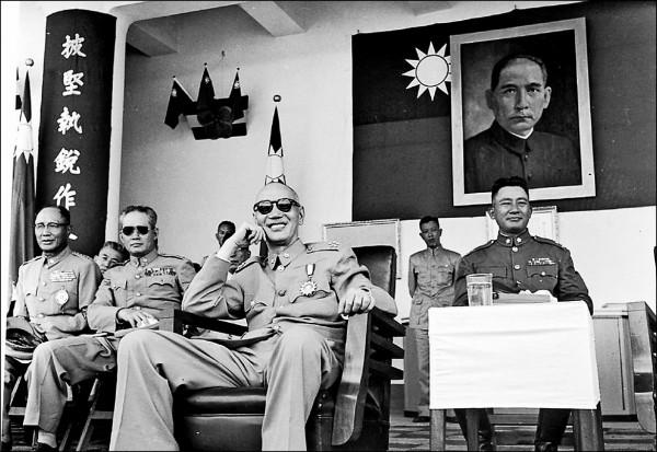 一九五四年孫立人(左二)與蔣介石(中)一同出席陸軍官校校慶,隔年就發生孫立人案。 (中央社)