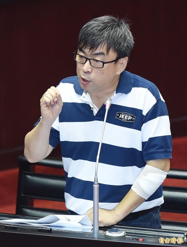 民進黨立委段宜康今天質詢時,手上包著紗布、繃帶。(記者廖振輝攝)