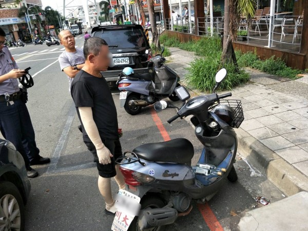 邱嫌騎機車違規左轉還跑進超商偷酒被逮。(記者蔡清華翻攝)