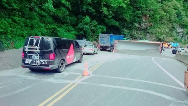 蘇花公路124.1k今午一輛砂石車操作不慎翻覆,現該路段開放單線雙向通行。(記者張議晨翻攝)