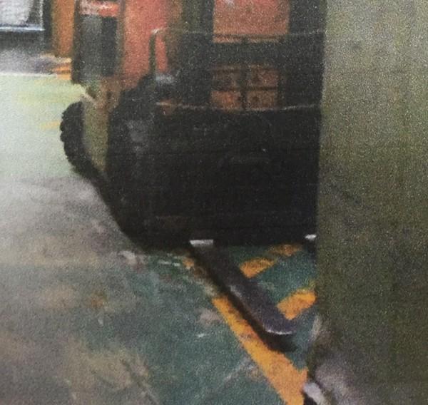 新竹縣湖口鄉某塑膠工廠,1台充電中的堆高機(如圖)被懷疑漏電導致菲籍男移工意外猝死,新竹檢警將深入調查釐清。(記者黃美珠翻攝)