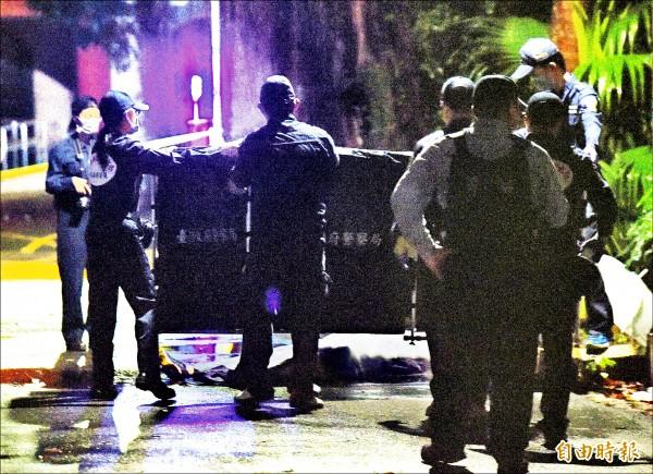 台大昨凌晨發生潑酸事件,造成一死三傷,鑑識人員到現場蒐證。(記者黃耀徵攝)