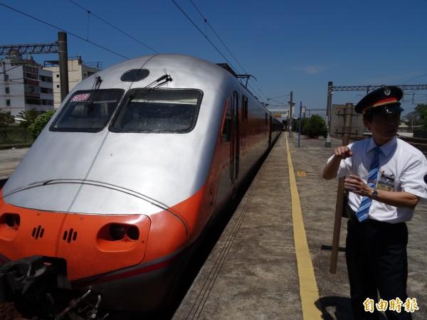 台鐵提案擬將自強號票價調漲20%、區間車調漲7.5%,有民眾表示若台鐵漲破1000元根本不考慮,還不如去搭高鐵或客運。(資料照,記者楊金城攝)
