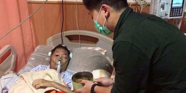 高雄花葵壽喜燒游老闆(右)將煮好的壽喜燒拿給癌末患者(左),幫他圓夢。患者姐姐表示,弟弟在今日安靜地走了。(家屬提供)