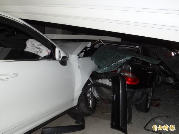 車速很快的保時捷休旅車把停在民宅騎樓的賓士車撞進屋內。(記者王俊忠攝)