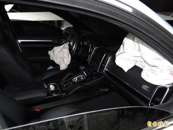 保時捷休旅車前座的安全氣囊都爆開。(記者王俊忠攝)