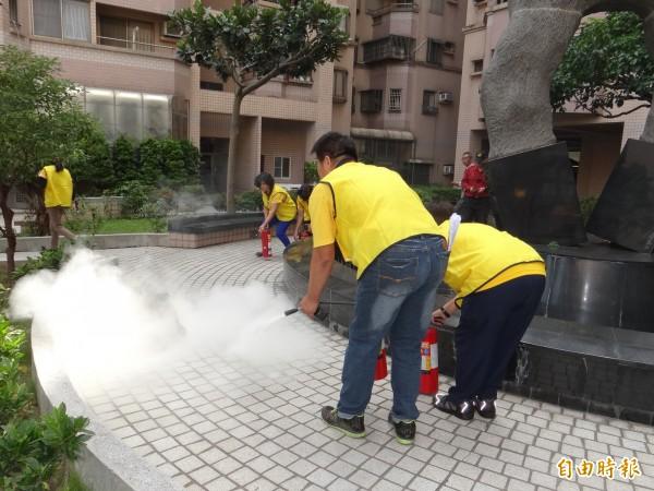 大樓社區居民用滅火器撲滅地震發生後初期火勢。(記者王俊忠攝)