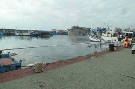 花蓮漁港內一艘停泊在大橋舟造船公司附近的漁船「海馬一號」今早被民眾發現沉入水底,海巡署一二岸巡總隊緊急布放攔油索。(東部地區巡防局第一二海岸巡防總隊提供)