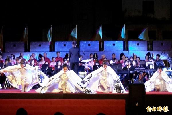 恆春民謠節「琅嶠起大城」,交響樂震撼古城。(記者蔡宗憲攝)
