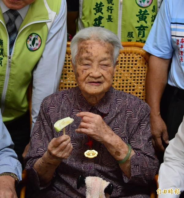 彰化縣最年長的百歲人瑞阿嬤108歲的梁李險。(記者張聰秋攝)